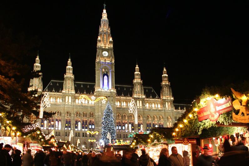 Коледният базар на площада пред Кметството