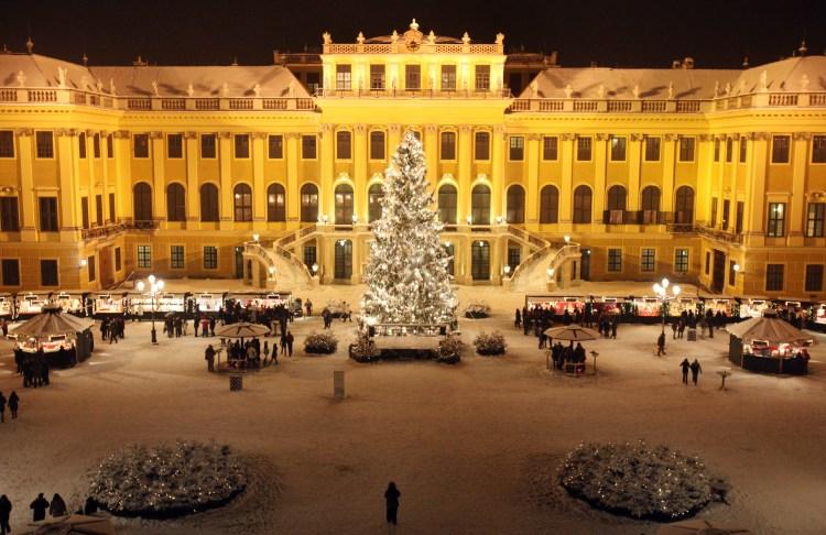 Коледният базар пред двореца Шьонбрун