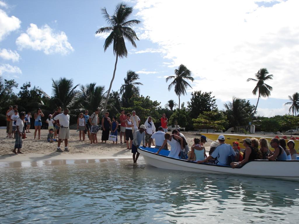 Тръгване с лодки от плажа Bayahibe