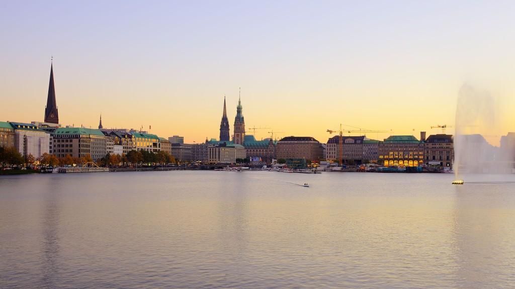 """Биненалстер и поглед към централната част на града - търговските улици, Кметството и църквата """"Св.Петър"""""""