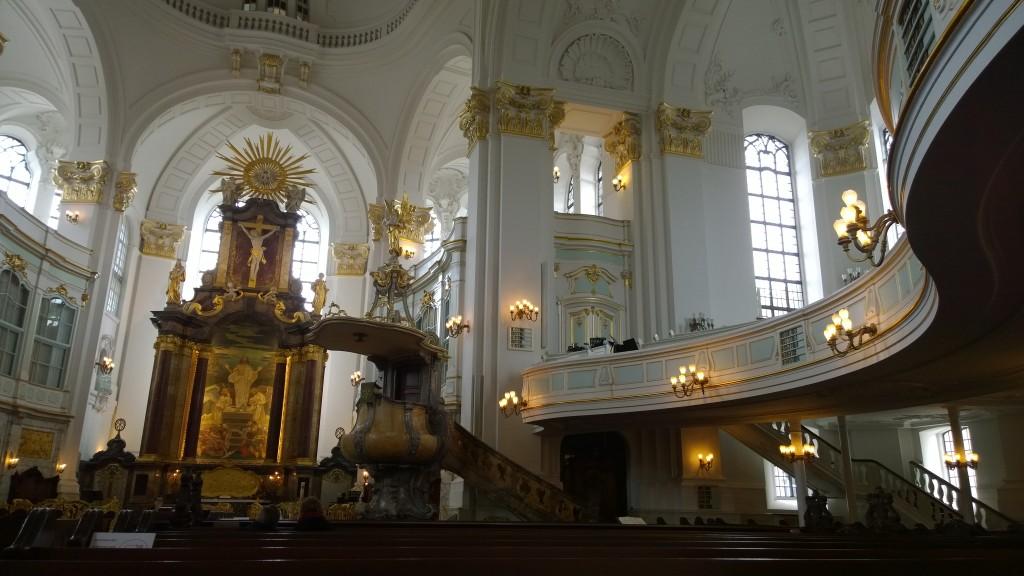 """Интериорът на бароковата църква """"Св.Михаил"""" - емблемата на Хамбург"""