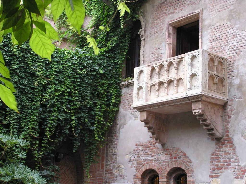 Прочутият балкон в къщата на Жулиета