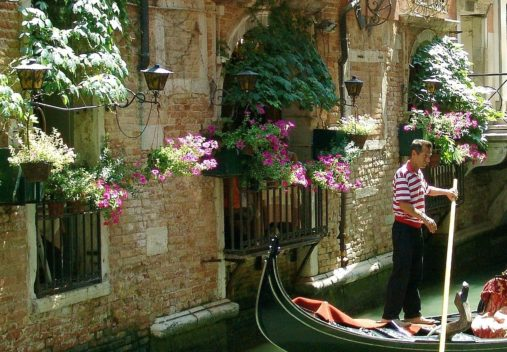 gondolier-venice-italy